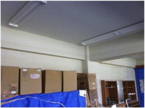湊川小学校理科室。壁と梁に残るシミが、津波の大きさを表している。