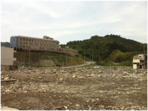 海側から望む町立病院。低地は津波被害で跡形もない。この病院の1階部分まで津波被害があった