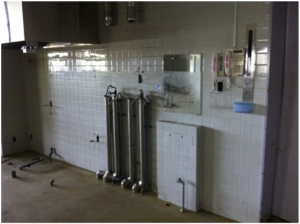 病院1階にある栄養課の厨房施設。鏡に線が入っているところまで津波が来た