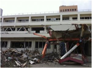 公立志津川病院。玄関に自動車が突き刺さっている