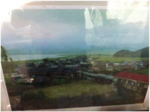 震災前の大川小学校。上の写真において、震災後も残っている茶色い屋根の校舎はこの写真の中央左側に写っている